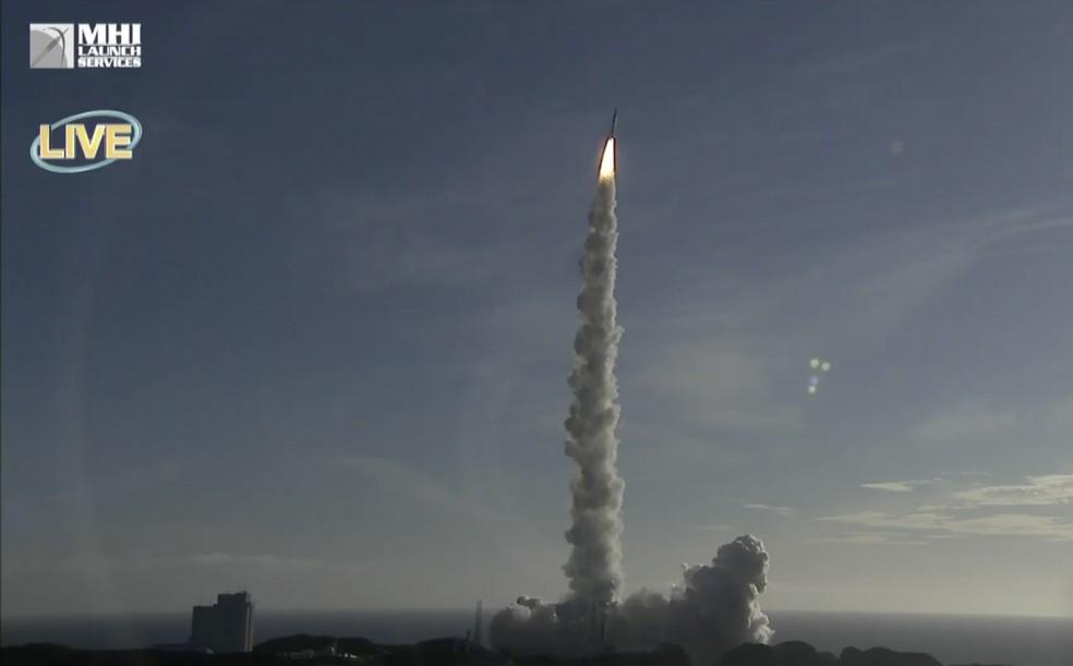 Vídeo de canal ao vivo em rede social, exibe o lançamento do foguete com a sonda Hope dos Emirados Árabes — Foto: MHI via AP