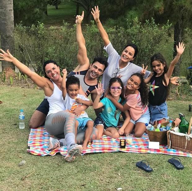 Graciele Lacerda, Davi, Zezé Di Camargo, Luciele Camargo e Maria Eduarda entre as gêmeas, Isabella e Helena (Foto: Reprodução / Instagram)