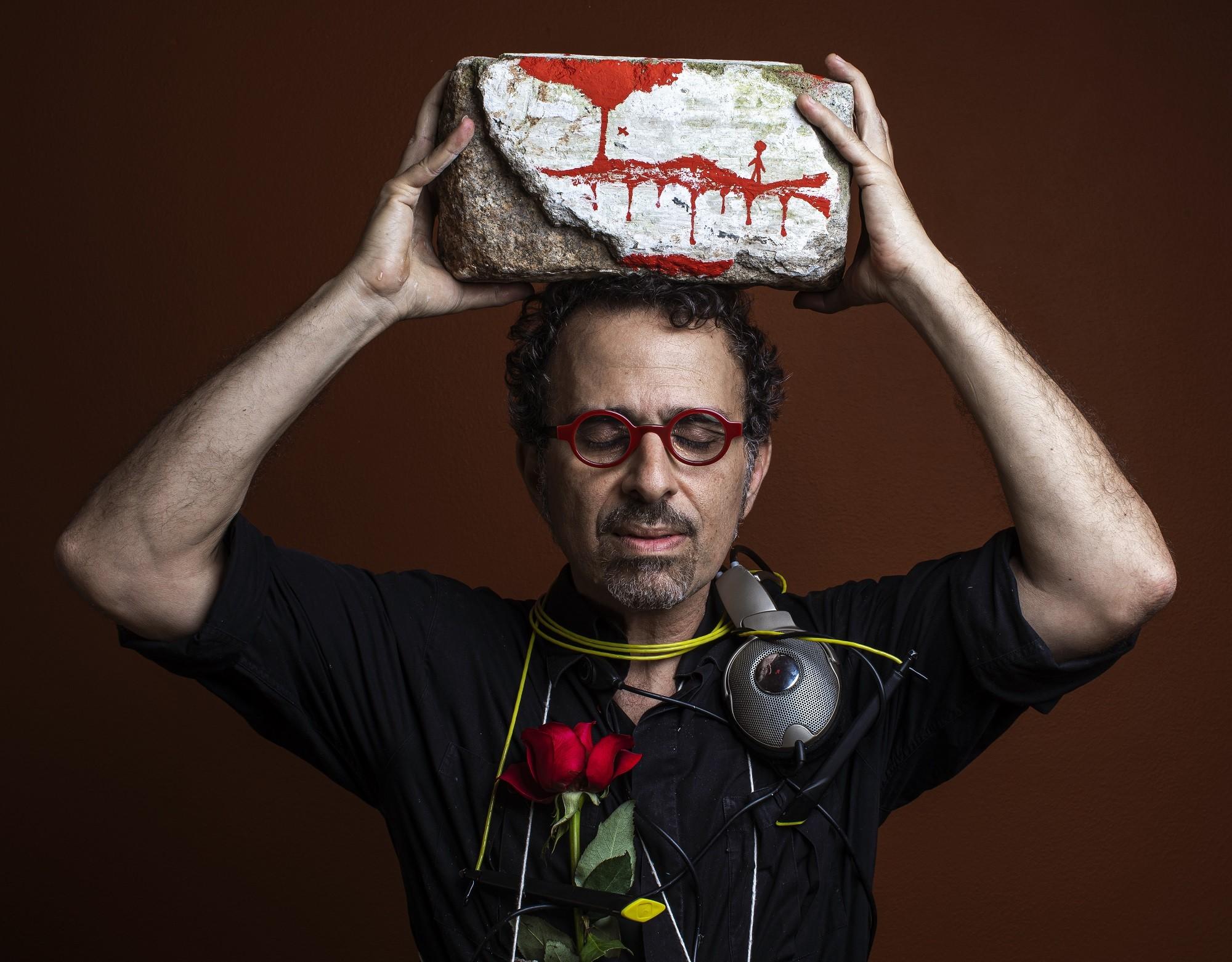 Morris assenta as pedras de álbum construído a partir de exposição do artista chinês Ai Weiwei