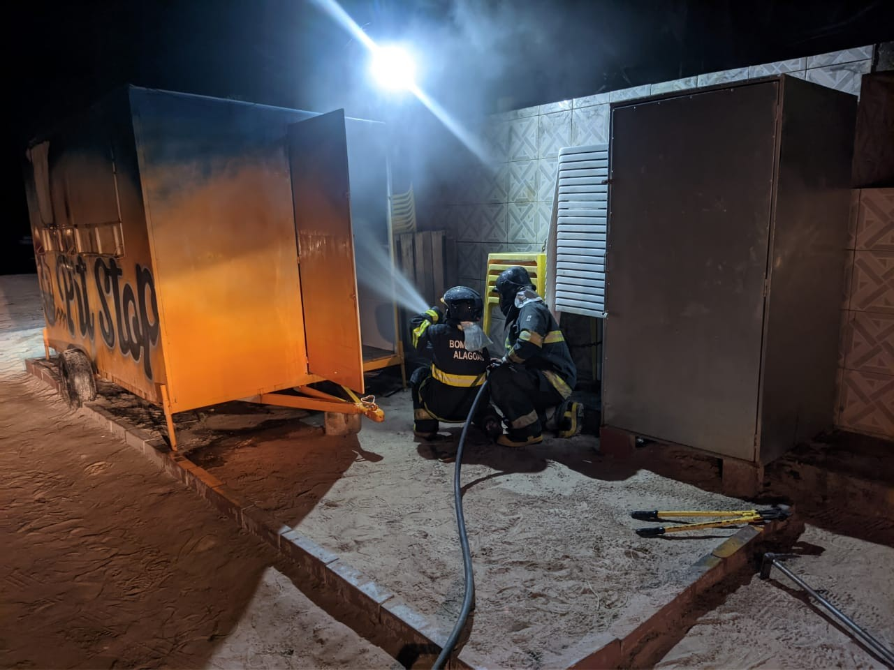 Trailer de lanches pega fogo na Praia Barra Grande, em Maragogi, Alagoas