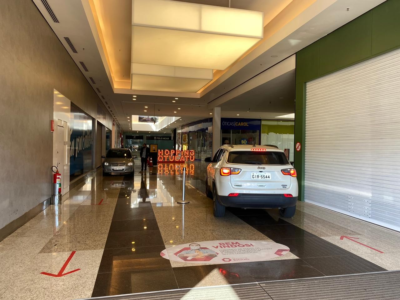 Drive-thru com carros dentro de shopping divide opiniões de clientes em Botucatu: 'Achei engraçado'