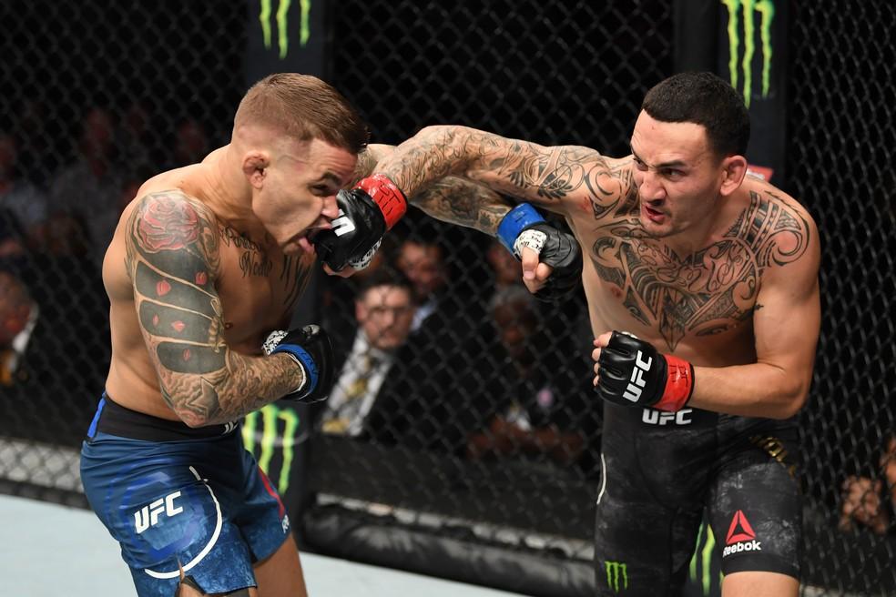 Max Holloway resistiu e agrediu Dustin Poirier no UFC 236 â?? Foto: Getty Images