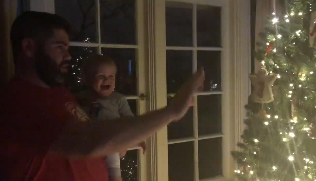 Bebê dá gargalhadas do truque do pai (Foto: Reprodução/Twitter)