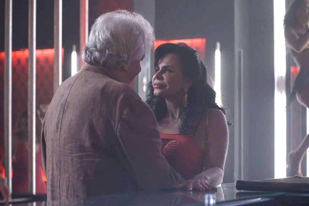 Gina (Gretchen) seduz Eusébio (Marco Nanini) em 'A Dona do Pedaço' — Foto: Globo
