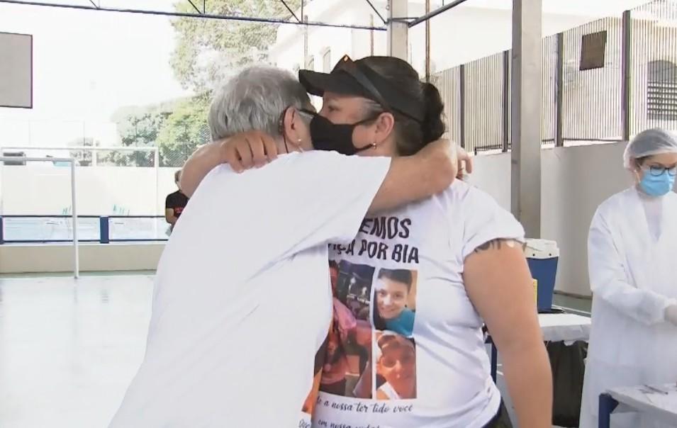 Primeira paciente diagnosticada com Covid na região se emociona ao ver filha tomar vacina em Botucatu