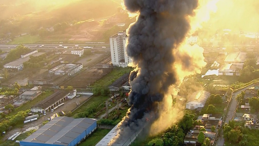 Incêndio atinge galpão em Duque de Caxias — Foto: Reprodução/TV Globo