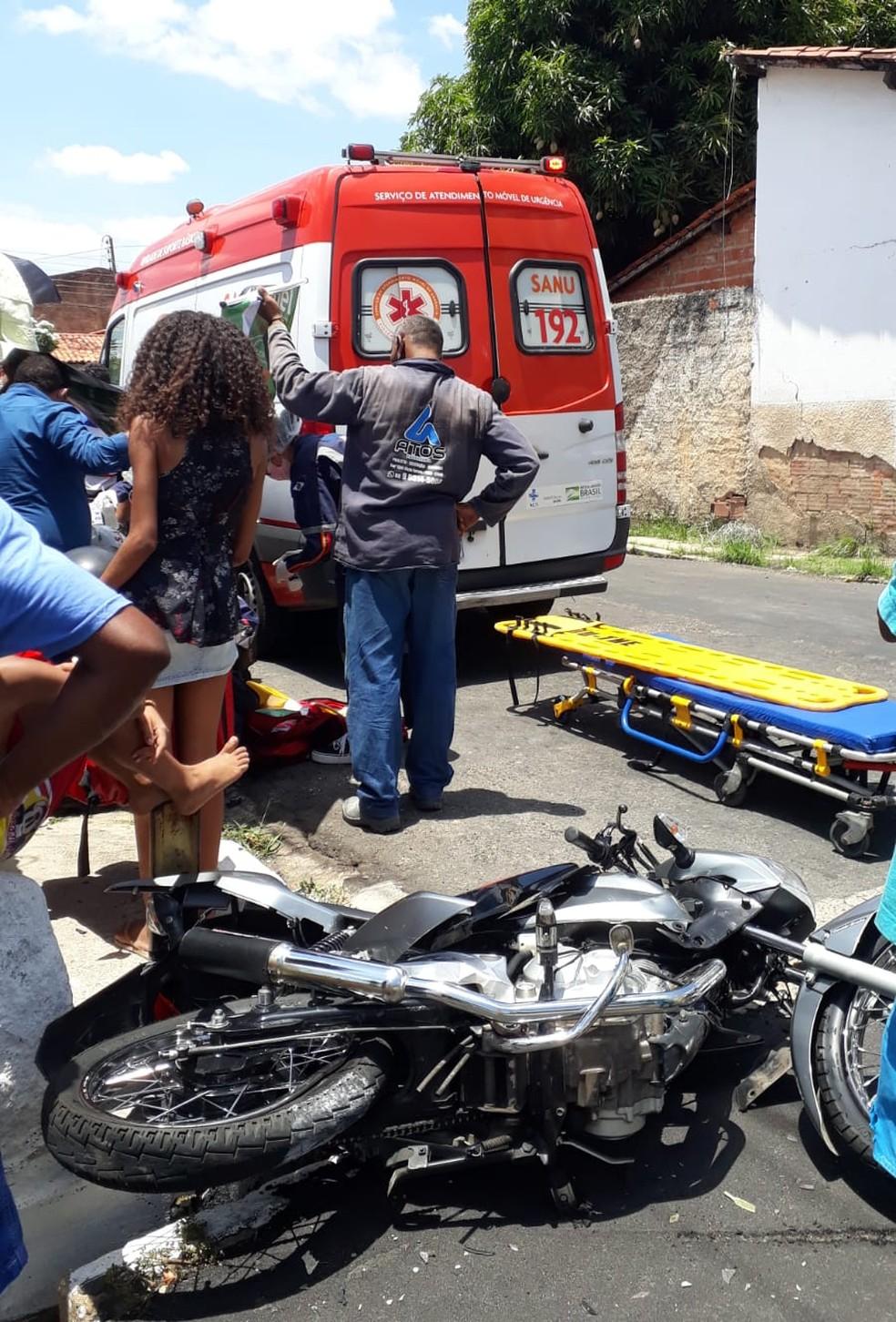 Entregador é conduzido ao hospital após acidente na segunda-feira (11) em cruzamento na Zona Leste de Teresina — Foto: Nunci Santos