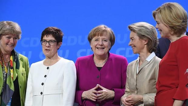 Ministra da Cultura, Monika Gruetters, secretária-geral da CDU,  Annegret Kramp-Karrenbauer, chanceler alemã Angela Merkel, ministra da Defesa, Ursula von der Leyen e ministra da Agricultura, Julia Kloeckner, em congresso do CDU  (Foto: EFE/ CLEMENS BILAN)