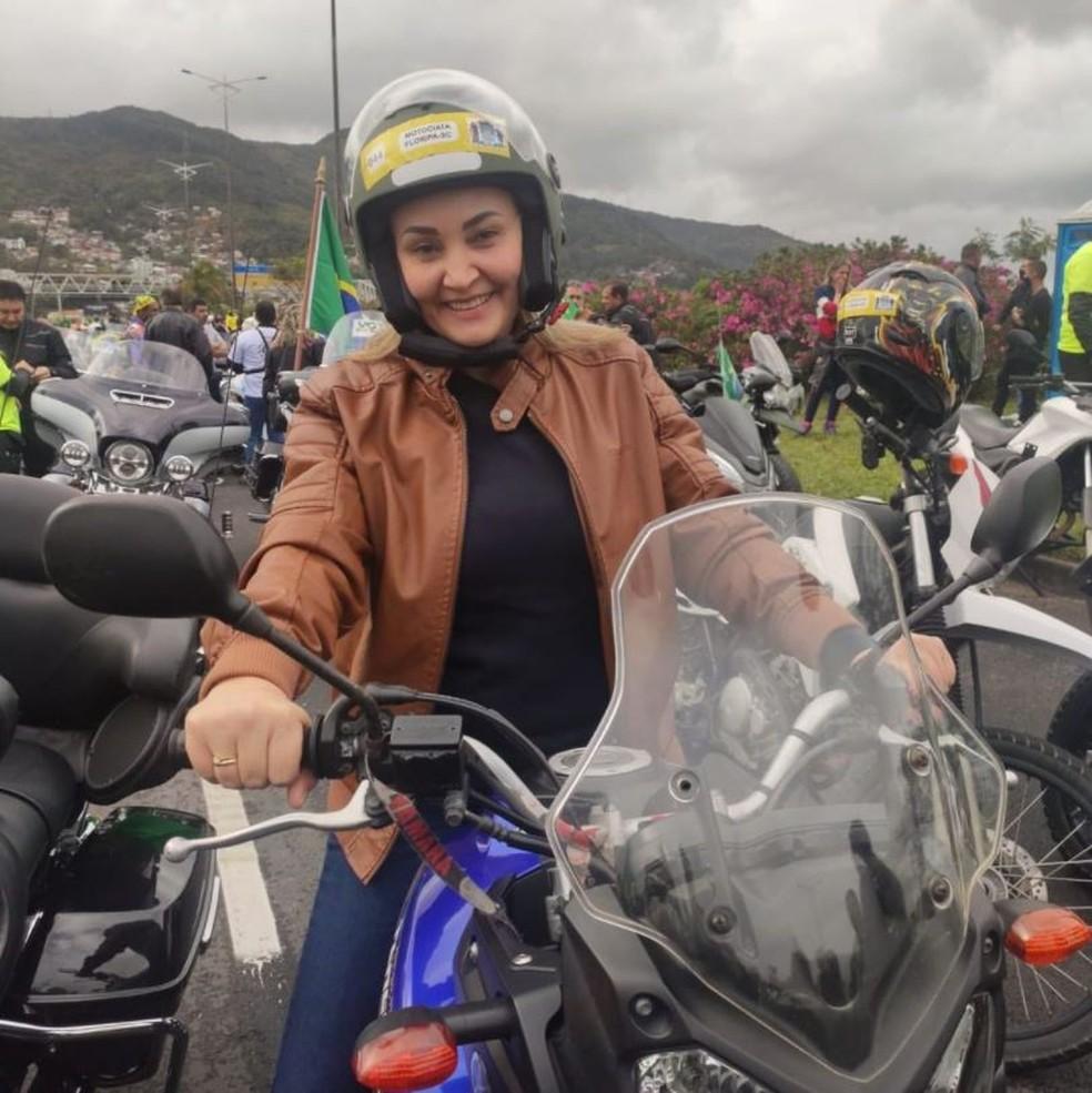 Vice-governadora de SC, Daniela Reinehr, prepara-se para passeio de moto com presidente Bolsonaro — Foto: Reprodução/Redes sociais