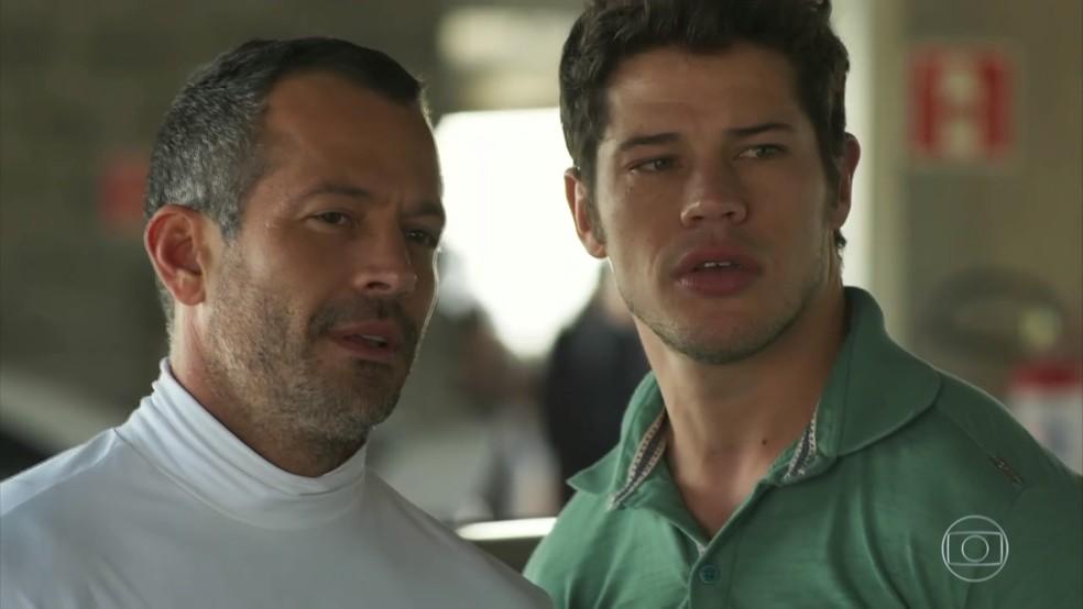 Apolo (Malvino Salvador) fala sobre Tamara (Cleo) com Adônis (José Loreto) - 'Haja Coração' — Foto: Globo