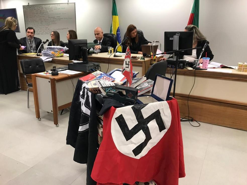 Material neonazista exposto durante júri — Foto: Bernardo Bortolotto/RBS TV