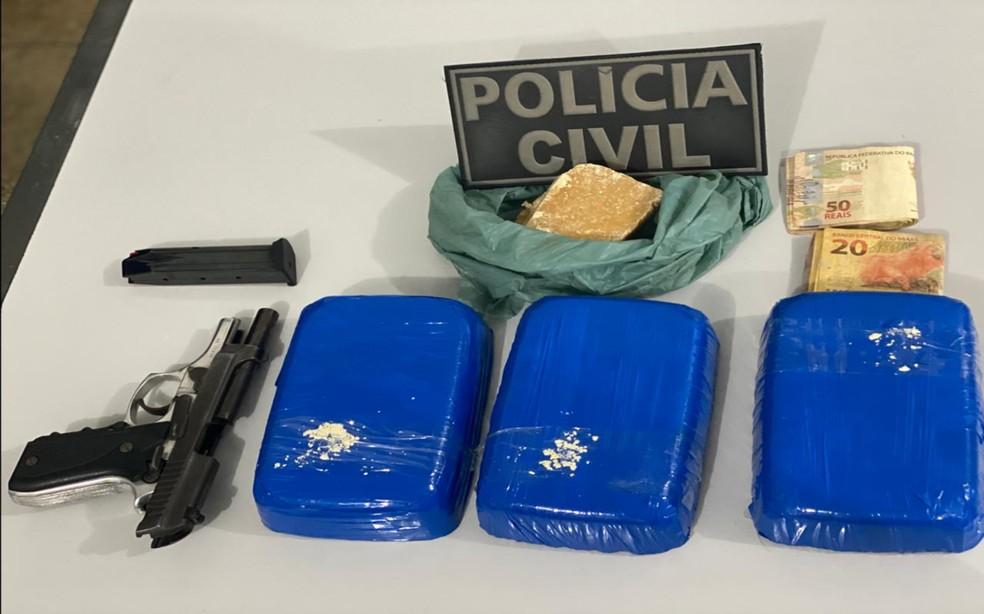 Drogas e arma foram apreendidos na rodoviária de Irecê e apresentadas na Polícia Civil — Foto: Divulgação/SSP