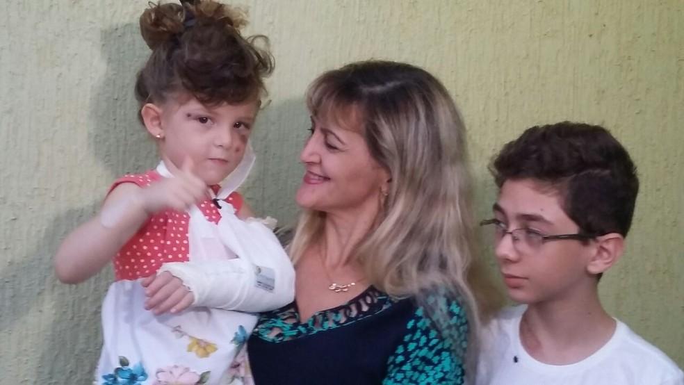 Luziene Queiroz, com seus filhos, que estavam em carro atingido por advogado que dirigia sob efeito de álcool em Natal, segundo a polícia (Foto: Sérgio Henrique Santos/Inter TV Cabugi)