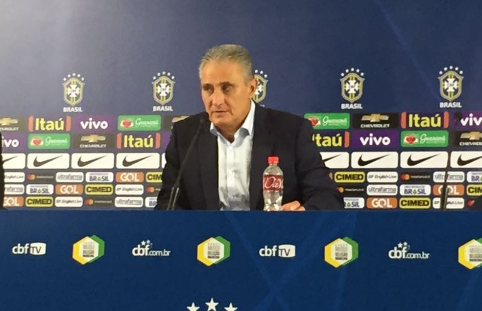 Tite é avisado durante a coletiva que o Brasil havia garantido a classificação para a Copa do Mundo (Foto: Alexandre Lozetti)