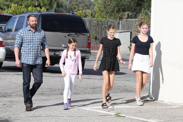 Ben Affleck vai à igreja com Seraphina e Violet (Foto: Backgrid)