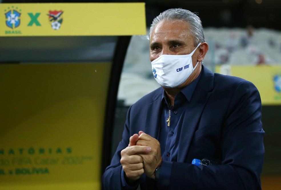 Tite ficou a maior parte do tempo de máscara no banco de reservas. Em campo, o Brasil goleou a Bolívia por 5 a 0 — Foto: Buda Mendes/Pool via Reuters