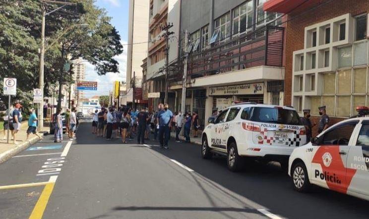 GCM e PM barram carreata contra fechamento do comércio essencial em Araraquara no confinamento