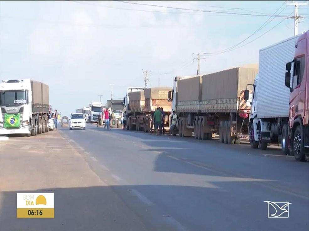 Após 24h, caminhoneiros continuam bloqueio na BR-230 no MA — Foto: Reprodução/TV Mirante