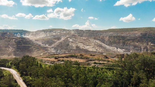 Natural de Itabira, o poeta Carlos Drumond de Andrade era um crítico dos impactos da indústria de mineração sobre a cidade (Foto: ESDRAS VINICIUS/BBC)