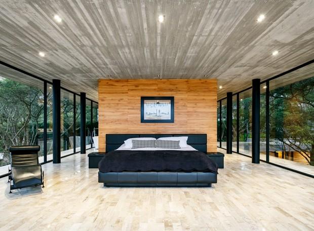 A divisória de madeira aquece o quarto, enquanto as janelas fornecem vista dos topos das árvores (Foto: Deezen/ Reprodução)