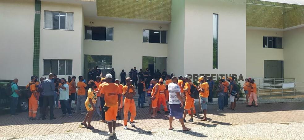 Funcionários da Comsercaf protestam na frente da Prefeitura de Cabo Frio, no RJ — Foto: Paulo Veiga/Inter TV