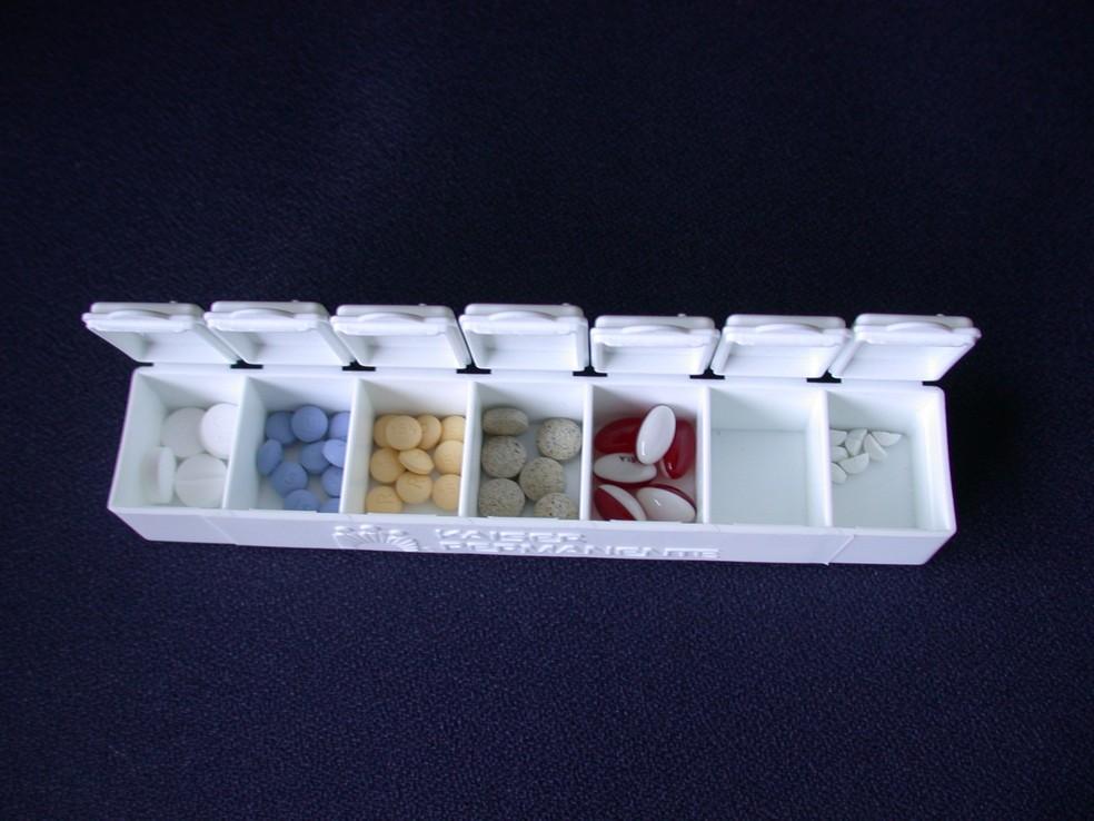 Medicamentos utilizados pelos avós podem ficar em locais de fácil acesso e se tornar um risco para os netos  — Foto: https://upload.wikimedia.org/wikipedia/commons/f/f9/Pill_box_with_pills.JPG