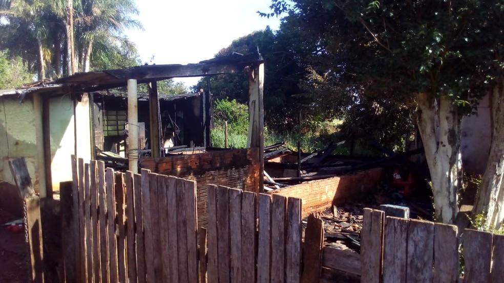 Segundo a dona do imóvel, família perdeu todos os pertences — Foto: Corpo de Bombeiros/Divulgação