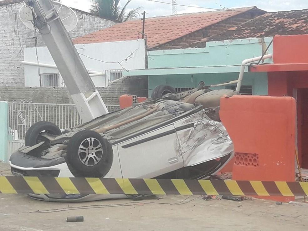 Carro atingiu o muro da casa após o carro bater em outro veículo em Frei Miguelinho (Foto: WhatsApp/Reprodução)