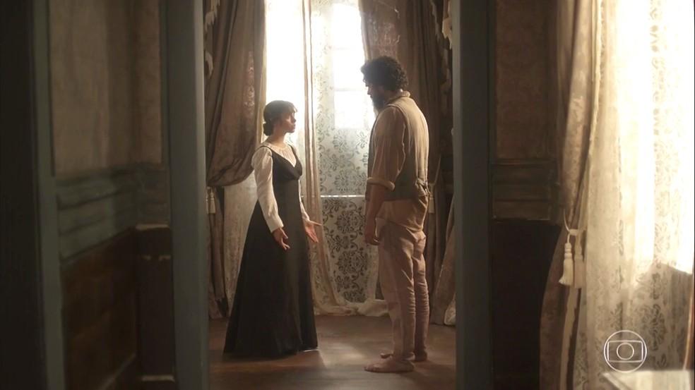 Matias (Renan Monteiro) diz que vai ajudar Cecília (Isabella Dragão) e revela que é seu irmão. Em 'Novo Mundo' — Foto: TV Globo