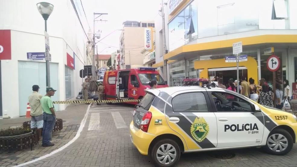 Pintor morre depois de encostar em fiação elétrica durante o trabalho, em Castro — Foto: Bruno Luan Gomes