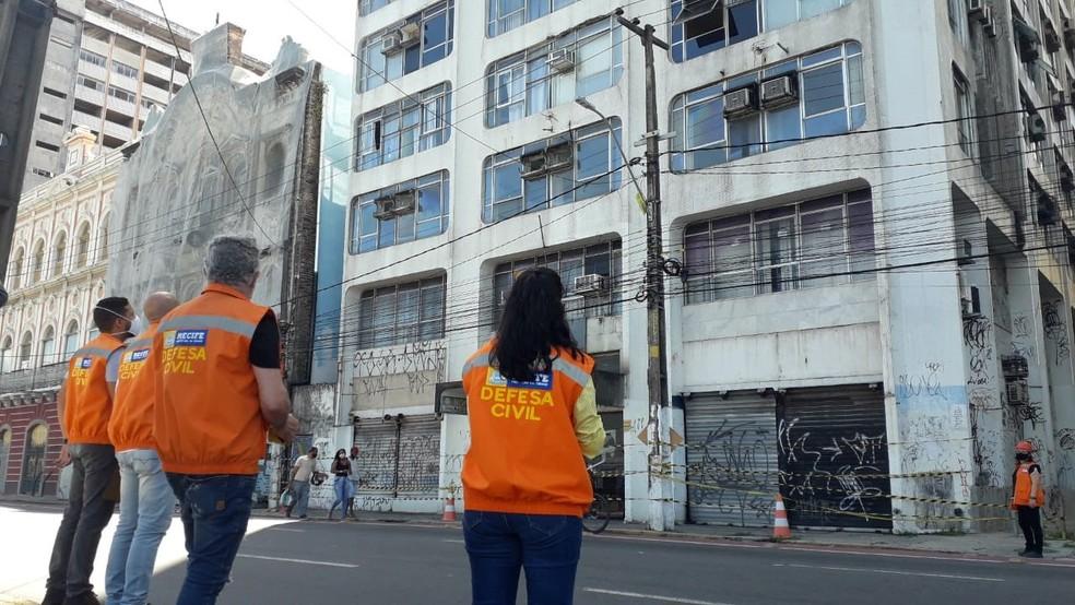 Defesa Civil do Recife foi ao local em que mulher morreu após ser atingida por material que se desprendeu de prédio — Foto: Luna Markman/TV Globo