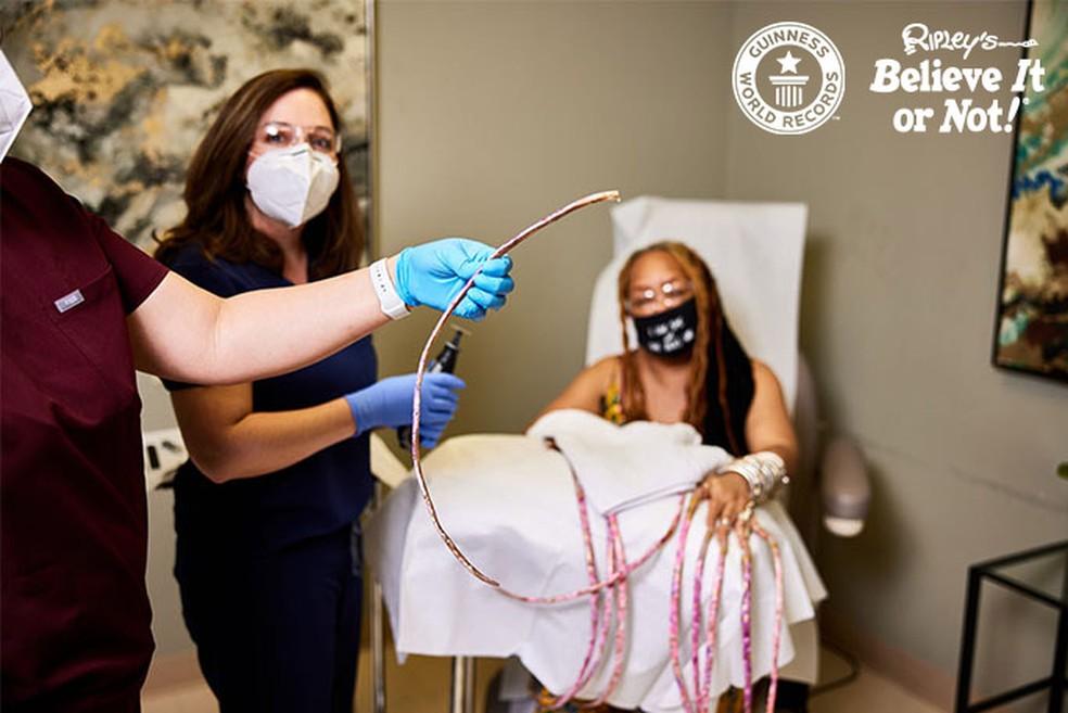 Ayanna Williams corta as maiores unhas do mundo após mais de 28 anos — Foto: Reprodução/Guinness