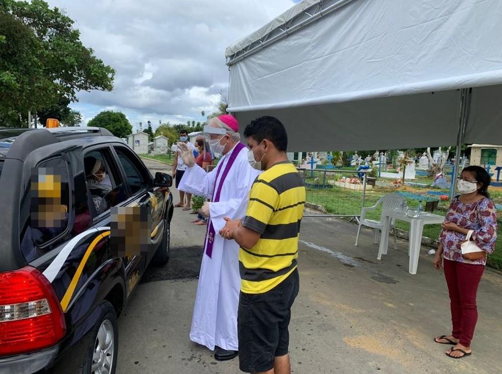 Visita do arcebispo Dom Leonardo a cemitério de Manaus aconteceu nesta sexta-feira (1º). — Foto: Divulgação/Arquidiocese de Manaus
