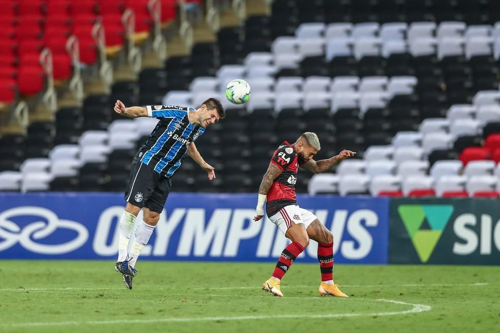 Kannemann e Gabigol em empate de Grêmio e Flamengo; estádio vazio — Foto: Lucas Uebel/Grêmio