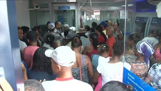 Aposentados na BA enfrentam grande fila para sacar pensão após mudanças do INSS