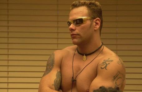 Dilsinho 'Mad Max', primeiro participante a desistir do programa, pediu para sair da casa depois de ser rejeitado por Josiane. Os dois chegaram a trocar um beijo, mas a ex-miss deixou claro que se arrependeu Reprodução