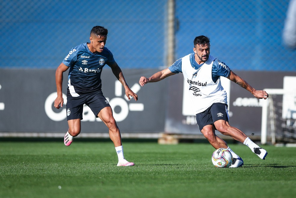 Everton, Robinho, treino Grêmio — Foto: Lucas Uebel/DVG/Grêmio