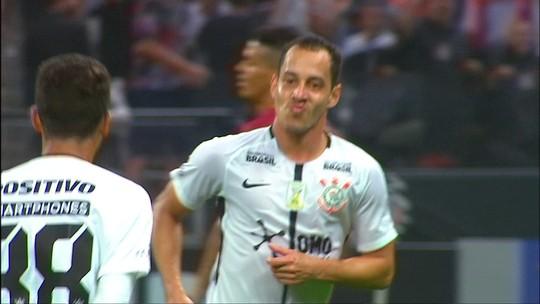 """Em alta aos quase 40, Sheik volta à Argentina e aguarda renovação: """"Amo o Corinthians"""""""