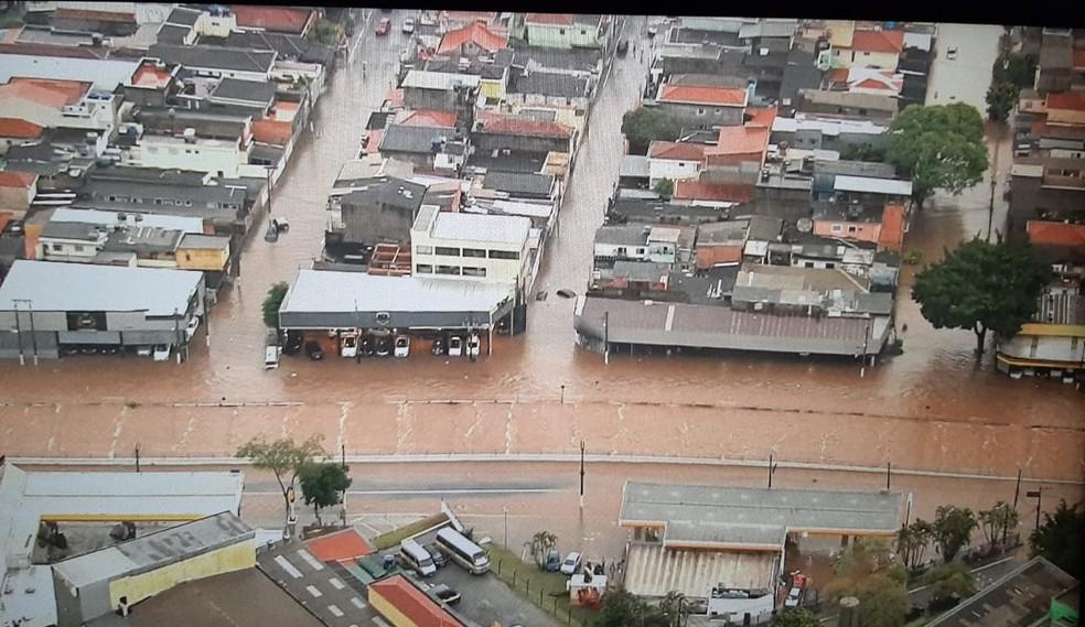 Imagem aérea mostra alagamentos na Avenida Engenheiro Caetano Álvares, no bairro da Casa Verde, na Zona Norte de São Paulo nesta terça-feira (20). — Foto: Reprodução/TV Globo
