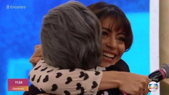 Carol Castro se emociona com visita surpresa da mãe no 'Encontro'