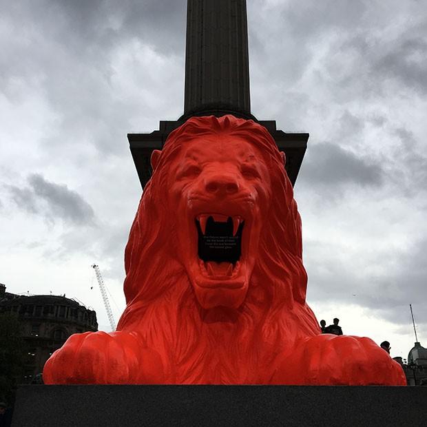 Google coloca leão fluorescente para declamar poemas em praça de Londres (Foto: Divulgação)