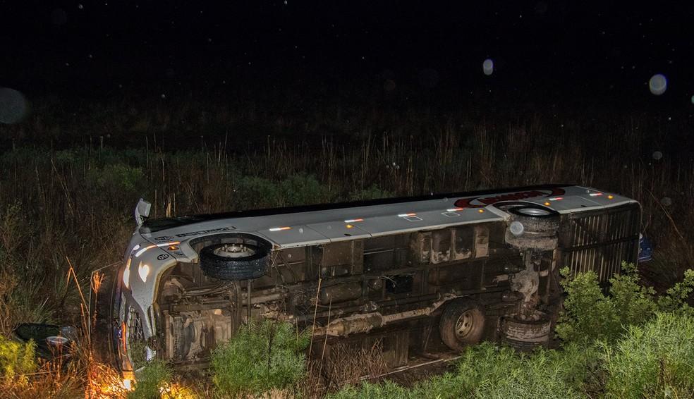 Ônibus tombou entre as cidades de Itaqui e São Borja (Foto: Divulgação/Celemaster)