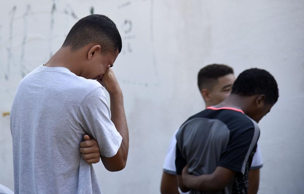 Consternação na porta do Ninho do Urubu — Foto: André Durão/GloboEsporte.com