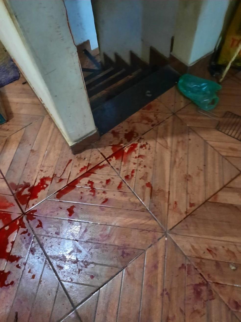 Mulher perdeu muito sangue depois que o filho tentou matá-la — Foto: Redes Sociais