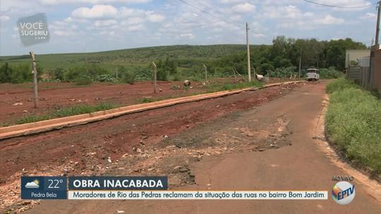 Obra inacabada deixa parte de rua intransitável em bairro de Rio das Pedras