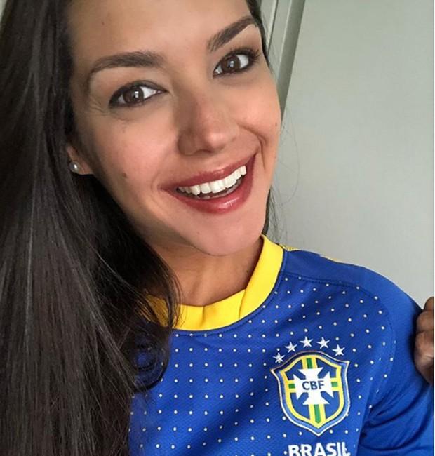 Thais Fersoza com sua camisa da seleção brasileira (Foto: Reprodução/Instagram)