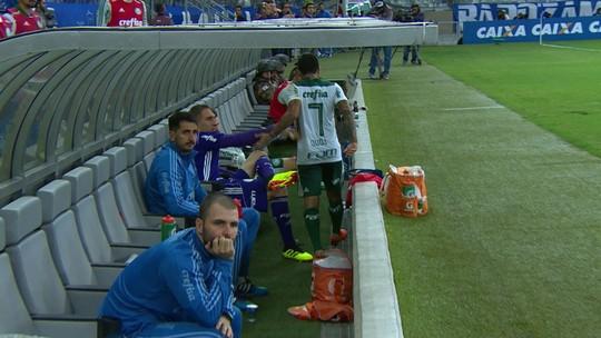 Substituído no Palmeiras, Dudu deixa o campo irritado e chuta mala no banco de reservas; assista ao vídeo