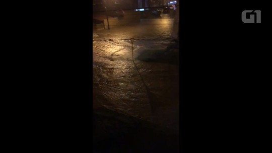 Chuva forte alaga ruas e provoca transtornos em Campo Largo, no Paraná
