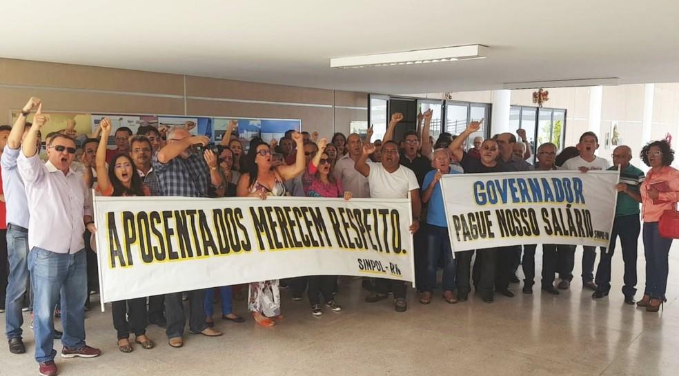 Protesto reuniu dezenas de policiais civis aposentados na Secretaria de Segurança (Foto: Sinpol/Divulgação)