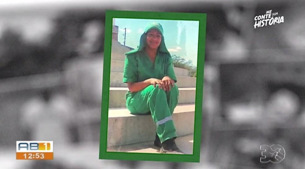 Cleide Campos trabalhou como gari para pagar a faculdade de letras — Foto: TV Asa Branca/Reprodução